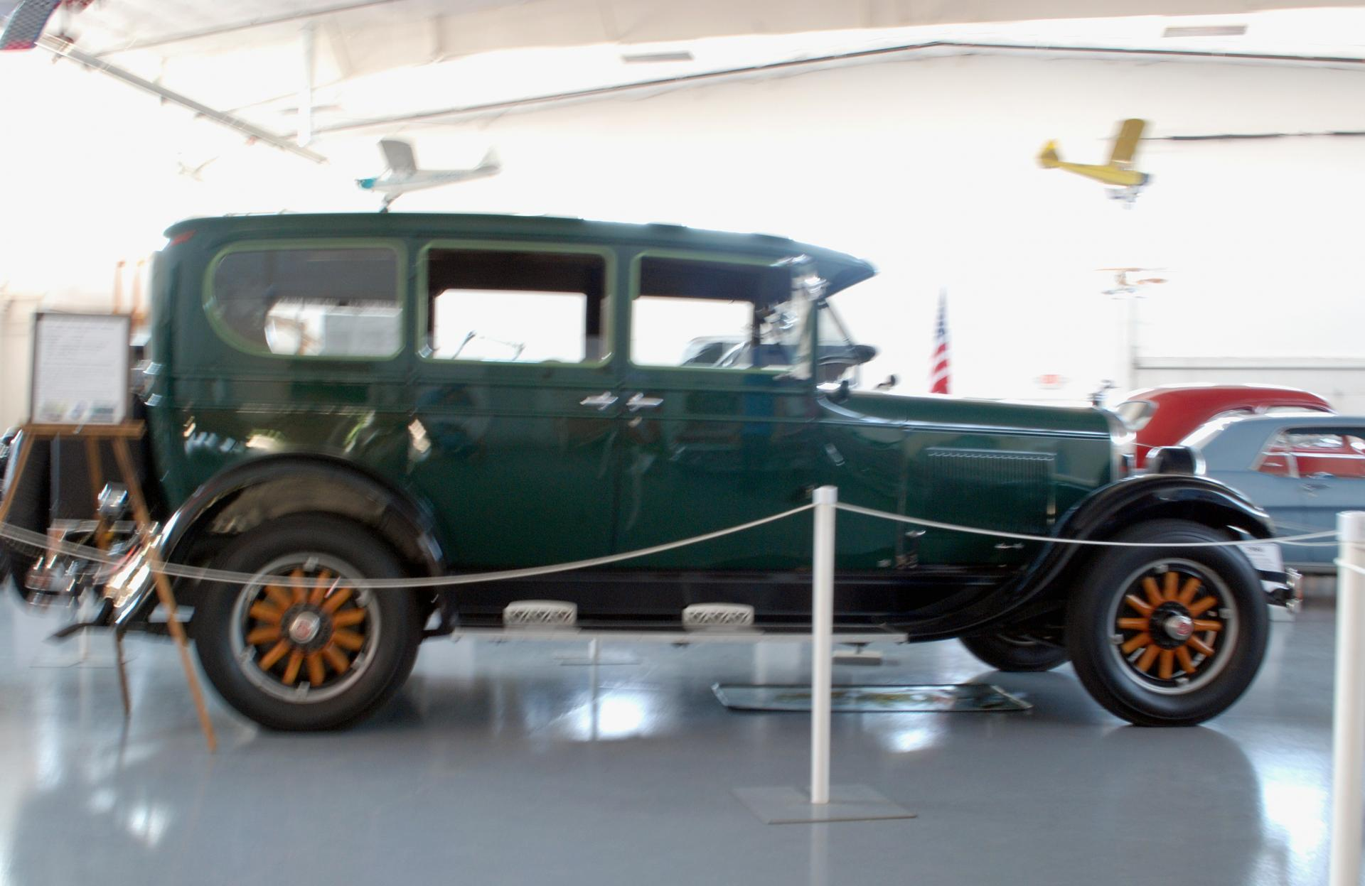 REO 1927 Flying Cloud closed sedan side rt.JPG