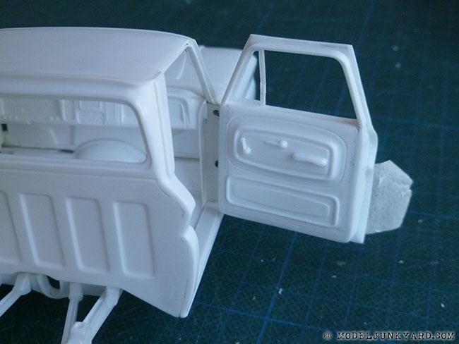 64-chevy-pickup-fleetside-hinges-pillar-revell-1-25-scale-03.jpg.4ef5492d4c509cd1d6a325f235b60415.jpg